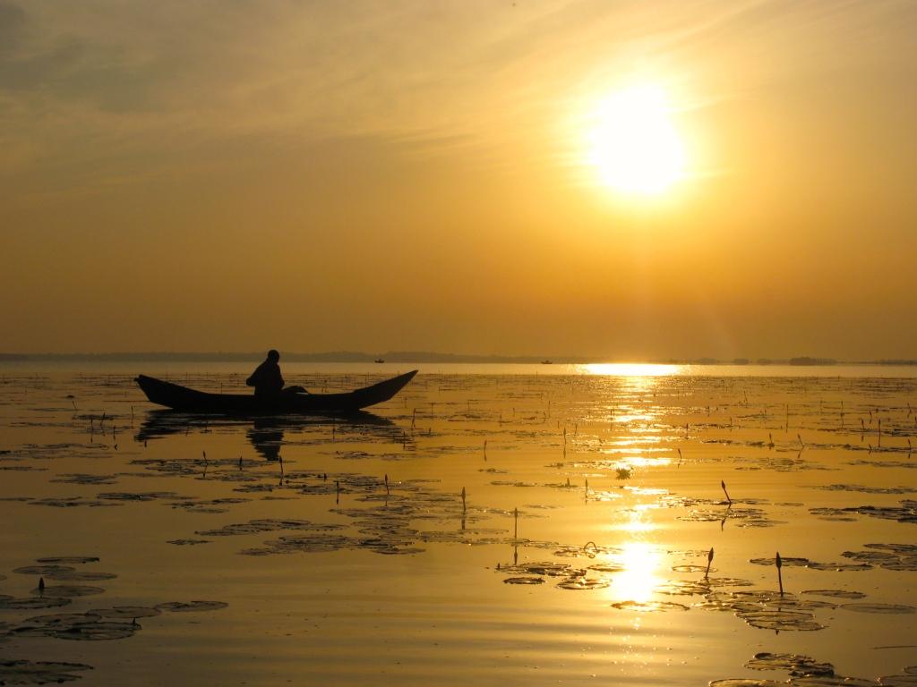 Fishing-boat-during-sunrise